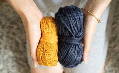 Ovillos de lana azul marino y ocre