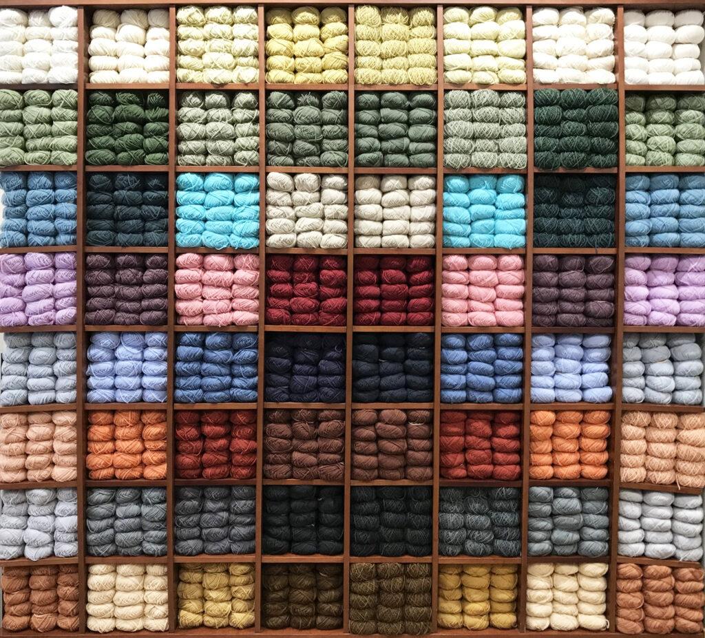 Estantería con lanas de distintos colores